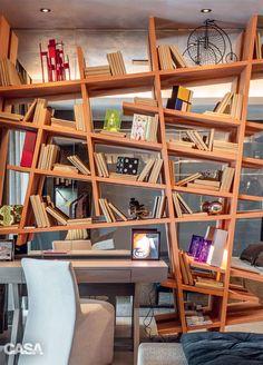 Além de ousar apresentando uma estante desconstruída, em que não existem ângulos…