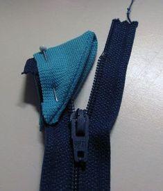 Ihmettelin tässä taannoin, kuinka tehdään resorista suojapalanen vetoketjun yläosaan, jotta se ei raavi kaulaa. Enpä löytänyt apuja, vaan se... Fabric Crafts, Sewing Crafts, Sewing Projects, Sewing Hacks, Sewing Tutorials, Sewing Tips, Sewing Ideas, Altering Clothes, Sewing Techniques