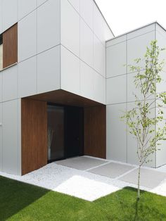 This modern prefabricated house unveils its cubic architecture in one of the largest show parks for prefabricated houses in Viena, Austria. Cubic Architecture, Minimalist Architecture, Contemporary Architecture, Architecture Details, Interior Architecture, Modern Entrance, Entrance Design, House Entrance, Prefabricated Houses