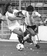 """El salvadoreño Jaime """"La Chelona"""" Rodríguez disputa el balón con el argentino…"""