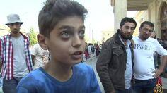 Este Menino Sírio tem um recado curto e grosso para o mundo - Ajudem a acabar com a guerra na Siria! Se a guerra acabar os Sirios já não necessitam de fugir do seu Pais!