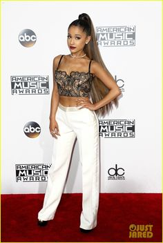 Ariana Grande Wears Her Signature Ponytail at AMAs 2016!