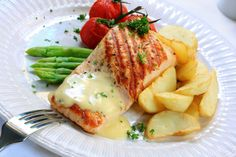Salmon nutrition facts show this and other fish to be sources of fatty acids. Salmon health benefits are why it is one of our 10 healthiest foods. Healthy And Unhealthy Food, Healthy Eating, Molho Hollandaise, Salmon Nutrition Facts, Good Protein Foods, Recipe For Hollandaise Sauce, Mets, Sauce Recipes, Good Food
