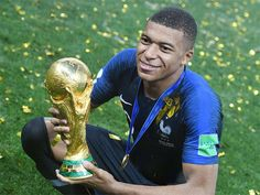 Teenage World Cup winner Kylian Mbappe is giving his bonus to an association that puts sports in the lives of hospitalized children. Football 2018, National Football Teams, Football Soccer, France Football, Pogba, As Monaco, World Cup Winners, Best Player, Best Friends