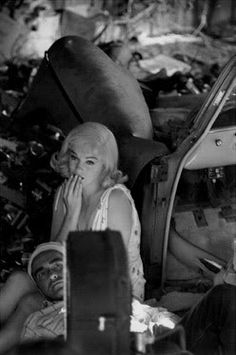 "PH - Eve Arnold - In set. ""The Misfits"". Marilyn Monroe as Roslyn Tabor. Montgomery Clift as Perce Howland. Directed by John Huston. Montgomery Clift, Marilyn Monroe Fotos, Marilyn Monroe Life, Vintage Hollywood, Classic Hollywood, Morgan Movie, Inge Morath, Us Actress, John Huston"