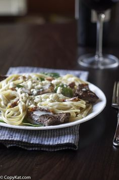 Olive Garden Steak Gorgonzola Alfredo Tender steak with creamy pasta is one of the best comfort food dinners! Make the best with this Olive Garden Steak Gorgonzola Alfredo copycat recipe. It's easy and sure to be one of the meals you make often. Steak Recipes, Pasta Recipes, Cooking Recipes, Chicken Recipes, Olive Garden Alfredo Sauce, Steak Pasta, Olive Garden Recipes, Magic Garden, Copykat Recipes