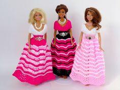Stricke jetzt mit dieser PDF-Anleitung ein wunderbares Puppenkleid//eine elegantes Ballkleid für Puppen. Probiers gleich mal aus mit der Wolle+Stricknadeln. Girl Doll Clothes, Doll Clothes Patterns, Barbie Clothes, Clothing Patterns, Barbie Gowns, Barbie Dress, Barbie Barbie, Blythe Dolls, Fashion Dolls