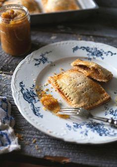 Chaussons aux pommes et mélasse Healthy Breakfast Snacks, Savory Breakfast, Breakfast Time, Breakfast Recipes, Dessert Recipes, Pastries Recipes, Basic Soup Recipe, B Recipe, British Baking