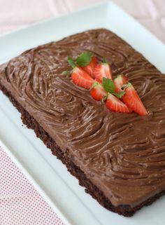 Sjokoladekake 3 egg 180 g (laktosefri) kesam 60 g sukrin+ 60 g sukrin gold 40 g kakao 50 g (glutenfritt) havremel 35 g kokosmel 1,5 ts bakepulver 1/2 ts ekte vaniljepulver  en god klype salt evt. vatn til passe konsistens
