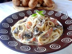 Paste cu sos alb, prosciutto și ciuperci
