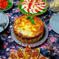 Jag är inte så värst romantisk av mig men ibland så! Ja då händer det och då slår jag på stort 💃😁🎉 Som när min man som älskar pasta fyllde år, då överraskade jag honom med en läcker pastatårta🎂🍝 Jag serverade bruschetta och capresesallad bredvid❤ Det var en absolut fullträff. Recept med steg för steg bilder hittar du i länken i min profil➡️ @zeinaskitchen