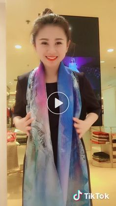 Sunscreen method, share it with your baby on vacation⛱️hand – Scarf Ideas 2020 Blanket Scarf Outfit, Diy Scarf, Scarf Dress, Ways To Tie Scarves, Ways To Wear A Scarf, How To Wear Scarves, Diy Fashion, Ideias Fashion, Scarf Styles