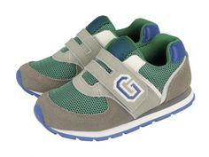 Troy / Zapatillas deportivas de niño con cierre de velcro en gris con detalles en verde y azul. Corte combinado en piel y forro en textil. Sneakers grises de niño con la G de Gioseppo en el lateral.