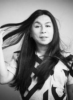 """C.Kamura-Com uma assinatura inconfundível e forte identidade de moda, Celso Kamura é hoje um dos profissionais de beleza mais importantes do país. Há mais de 30 anos no mercado, Kamura assistiu ao crescimento e à consolidação do mercado de beleza, assim como o da moda brasileira. """"Gosto de lapidar meus profissionais, de buscar o que eles têm de melhor e ajudá-los a descobrir suas aptidões e talentos. Exijo qualidade dentro daquilo que cada um faz de melhor."""""""