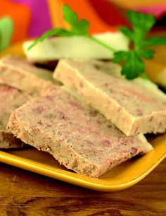 - 2 kg de poitrine fraîche - 1 bouquet garni - 3 gousses d'ail - 20 g de sel - 1 cuillère à soupe de poivre