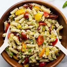 "This vegan Italian pasta salad is quick, easy, and full of flavour. Fusilli pasta, fresh herbs, a colourful array of summer tomatoes, tofu ""feta"", olives, pepperoncinis, red onion and a basil dressing. It's perfect for summer barbeques and picnics. Vegetarian Grilling, Healthy Grilling Recipes, Barbecue Recipes, Barbecue Sauce, Vegan Recipes, Organic Cooking, Greek Salad Recipes, Pasta Salad Italian, Cooking On The Grill"