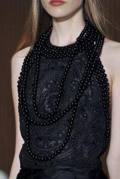 Após o lançamento do  brinco assimétrico Mise em Dior (marca Dior), as pérolas foram saindo do armário, para a minha felicidade! Já a marca Chanel, reconhecida merecidamente por sempre valorizar a delicadeza e classe das pérolas, dessa vez deu a elas um designer bem robusto e ao mesmo tempo moderno.