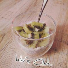 Chia pudding au kiwi  -20cl de lait de coco  -Graines de chia -1yaourt grecque  -2 cuillères à soupe de cassonade  Mélanger tous les ingrédients et laisser reposer au réfrigérateur pendant 30 min Voilà un délicieux pudding aux nombreuses vertues que vous pourrez agrémentez de fruits frais ou fuits sec un délice assuré !!!