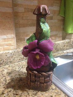 Botella con Orquídea Wine Bottle Art, Diy Bottle, Bottle Crafts, Garrafa Diy, Birthday Calender, Bottle Slumping, Bottle House, Altered Bottles, Art N Craft