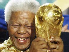 060 - Mandela se retiró de la vida pública (2004) - En 2004, Mandela anunció su retiro oficial, o lo que él describió a los periodistas como su 'retiro de la jubilación'. La noticia se dio tan solo unas semanas antes de que Sudáfrica se convirtiera en la primera nación africana en organizar un mundial en el 2010.
