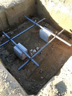 How to lay rebar for concrete. Diy Concrete Slab, Concrete Sheds, Concrete Footings, Concrete Design, Building Foundation, House Foundation, Rebar Detailing, Deck Construction, Build Your Own House
