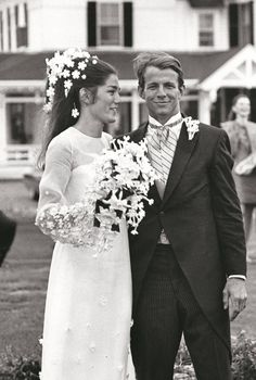 Chic Vintage Bride – Minnie Cushing - Minnie Cushing married American photographer, artist, diarist and writer Peter Beard in 1967 at her family's home in Newport Rhode Island wearing a rather lovely Oscar De La Renta dress. Photos Vintage, Vintage Wedding Photos, Vintage Bridal, Vintage Weddings, Country Weddings, Lace Weddings, Silver Weddings, Vintage 70s, Real Weddings