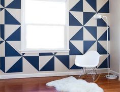 parede geométrica azul marinho e branco