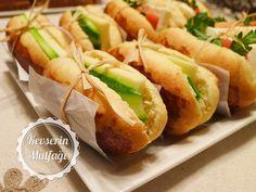 Sandviç Ekmeği Tarifi - Malzemeler : 2 yumurta (birinin sarısı üzerine sürmek için ayrılacak), 1 su bardağı ılık süt, 150 gr tereyağ (eritilmiş), 5 su bardağı un, 2 tatlı kaşığı toz maya, 1 tatlı kaşığı tuz, 1 yemek kaşığı şeker.
