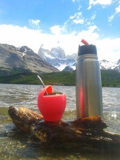 Tomando mate al pie del cerro fitz roy Patagonia Argentina