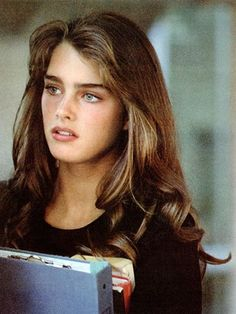 Before there was Cara, there was Brooke. And if there& one person we can thank for guiding the eyebrow-grooming decisions of our teens, it& Brooke Shields. Pretty People, Beautiful People, The Most Beautiful Girl, Brooke Shields Young, Vaquera Sexy, Foto Portrait, Grunge Hair, Famous Faces, Pretty Face
