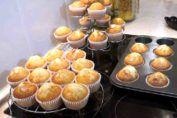 Si tienes que cuidar tu dieta y debes eliminar de ella tanto mantequilla como huevos, entonces esta receta te queda muy bien.  Apunta bien los ingredientes y prepárate a disfrutar de una estupenda torta con esta receta de torta sin huevo y sin mantequilla, ya verás como el resultado suave y esponj Spanish Dishes, Cilantro, Kiwi, Muffins, Cooking Recipes, Cupcakes, Sweets, Breakfast, Food