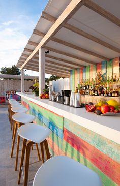 Part of Sa Punta Restaurant, Patchwork is a stylish rooftop restaurant & bar in Talamanca Bay, Ibiza. Patchwork Restaurant in Ibiza offers good Lebanese food. Café Exterior, Design Exterior, Interior And Exterior, Outside Bar Stools, Outside Bars, Pool Bar, Bars Tiki, Basement Bar Designs, Basement Ideas