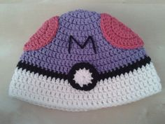 Find the free crochet pattern here to make a Masterball pokeball hat!