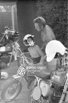 Steve McQueen and son Chad Steeve Mcqueen, Steve Mcqueen Style, Cincinnati Kids, Mcqueen 3, Vintage Motorcycles, Vintage Motocross, Father And Son, American Actors, Motorbikes