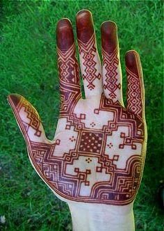 almost mezo-american red henna design! Mehandi Henna, Jagua Henna, Mehndi Tattoo, Henna Tattoo Designs, Mehndi Art, Mandala Tattoo, Modern Henna, Modern Mehndi Designs, Beautiful Henna Designs