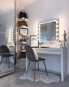 So gemütlich und kuschelig kann nur ein Fell sein! Auch im Schlafzimmer dürfen die trendigen Felle nicht fehlen. Sie sind ganz besondere Blickfänge, die Eurem Schminktisch noch zusätzlich eine Atmosphäre der Wärme und Geborgenheit verleihen. Hier nimmt man gerne Platz! // Schlafzimmer Schminktisch Fell Glam Girly Einrichten Ideen Vase Blumen Spiegel Leuchte Stuhl Makeup Schminken Dekoration #Schlafzimmer #SchlafzimmerIdeen #Schminktisch #Fell #Leuchte #Dekoration @home_design_byyesho