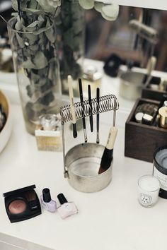 paintbrush holder for cleaning and drying makeup brushes