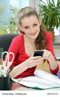 Handys und Smartphones sind mittlerweile auch aus dem Alltag von Kindern und Jugendlichen nicht mehr weg zu denken. Nach den aktuellen Zahlen des Branchenverbandes BITKOM sind bereits 10jährige mehr als 20 Minuten am Tag online und bei den 6-7jährigen haben bereits 20 Prozent ein eigenes Smartphone. Ab 12 Jahren steigt dieser Anteil dann auf über 85 Prozent.