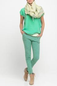 Mooie ton sur ton combinatie met grote sjaal. De groenen zijn net anders, de beiges zijn net anders en toch klopt het geheel, omdat de 'tonen' bij elkaar horen.