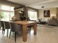 Woonkamer ontwerp met luxe meubels en accessoires