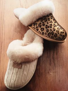 Need a pair of these, like the bottom style better Winter Slippers, Fuzzy Slippers, Cute Shoes, Me Too Shoes, Cute Blankets, Womens Slippers, Uggs, Leopard Prints, Cozy