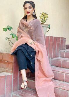 Pakistani Fashion Party Wear, Indian Fashion Dresses, Dress Indian Style, Indian Designer Outfits, Fashion Outfits, Indian Outfits, Stylish Dresses For Girls, Stylish Dress Designs, Designs For Dresses