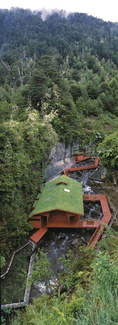 Hölzerne Pfade und Stege führen durch die Thermalquellen im Nationalpark Villarica; Architekt: Germán del Sol