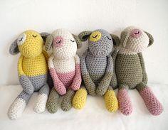 """Diese """"Unschuldslämmer"""" gehören (mit) ins Bett: Gehäkelt mit Baumwollgarn - zum Selber-lieb-haben oder zum Verschenken  http://www.eineIdee.com"""