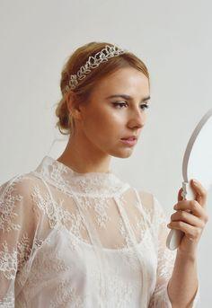 Piękny, romantyczny wianuszek do włosów wykonany ręcznie z dużej ilości szklanych koralików oraz srebrnego drucika.   Dostępny w sklepie internetowym Madame Allure!  #wedding #ślub #ozodbydowłosów Wedding Garters, Band, Fashion, Moda, Sash, Fashion Styles, Ribbon, Bands, Fasion