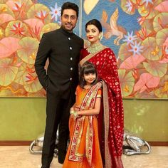 Who Wore What- Bollywood Stars At The Grand Ambani Wedding Finale! Wer trug was - Bollywood-Stars be Actress Aishwarya Rai, Aishwarya Rai Bachchan, Bollywood Actress, Amitabh Bachchan, Bollywood Stars, Bollywood Fashion, Bollywood Photos, Sabyasachi Sarees, Banarasi Sarees
