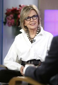Celebs who age gracefully - Diane Keaton Diane Keaton, Mature Fashion, Fashion Over 50, Fashion Tips, Lifestyle Fashion, 50 Style, Style Icons, Style Blog, Pearl Necklace Outfit