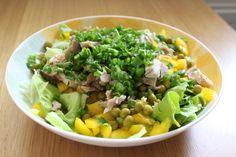 AŁATKA Z KURCZAKIEM: sałata, papryka żółta, groszek z puszki, szczypiorek, upieczone udko z kurczaka. Doprawić ulubionymi ziołami, można dodać kukurydzę.