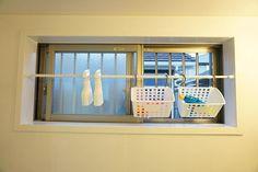 2016.12.3☀ gm * うちの小学生2人組はまだお風呂に入った時おもちゃで遊びます 今までおもちゃは底に穴がないカゴに入れて窓の所に置いてるだけだったので、カゴの中に水が溜まりっぱなしですぐカビてたので、収納を見なおしました☝ * 窓に突っ張り棒を付けて、フック付きカゴを掛ける収納に✨ このカゴは底に穴が空いてるので水が溜まる事もないし、窓を開けておけばしっかり乾燥するのでカビる心配もなくなりました ついでに、シューズクリーナー、バスクリーナーも掛けました *  #お風呂#お風呂場#おもちゃ収納#収納#突っ張り棒#フック付きカゴ#カゴ#ダイソー#お風呂の窓#整理整頓#スッキリ暮らす#シンプルライフ#生活の知恵#暮らし#住まい#日々の暮らし#子供のいる暮らし#子供と暮らす#マイホーム#シンプルホーム#シンプルホームカラー