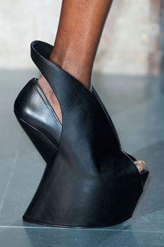 Afbeeldingsresultaat voor iris van herpen schoenen